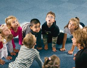 Séance de yoga en classe de maternelle avec Elisabeth Jouanne